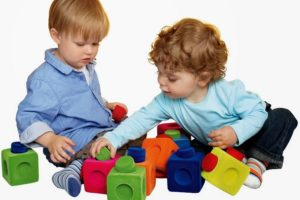 Smart toys for smart kids. Click to see why certain toys will enhance your child's learning and development more than others. It doesn't need to be expensive toys and activities either! #smartkids #learning