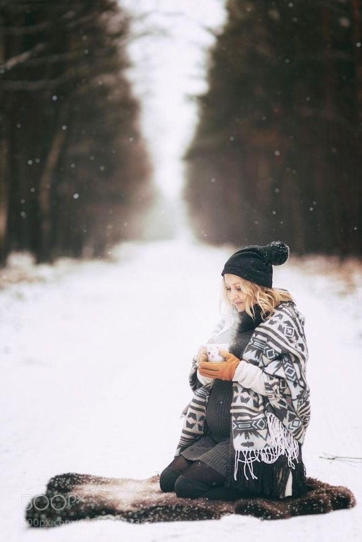 Winter Maternity Photoshoot Ideas! Here are the cutest pregnancy photo ideas for couples. Some with snow, some with no snow. Some with kids or with toddler, with dog, and more. Most of them are outdoor, with husband. Also find out what to wear for the most unique and elephant maternity photoshoot. #maternityphotos #winterpregnancy