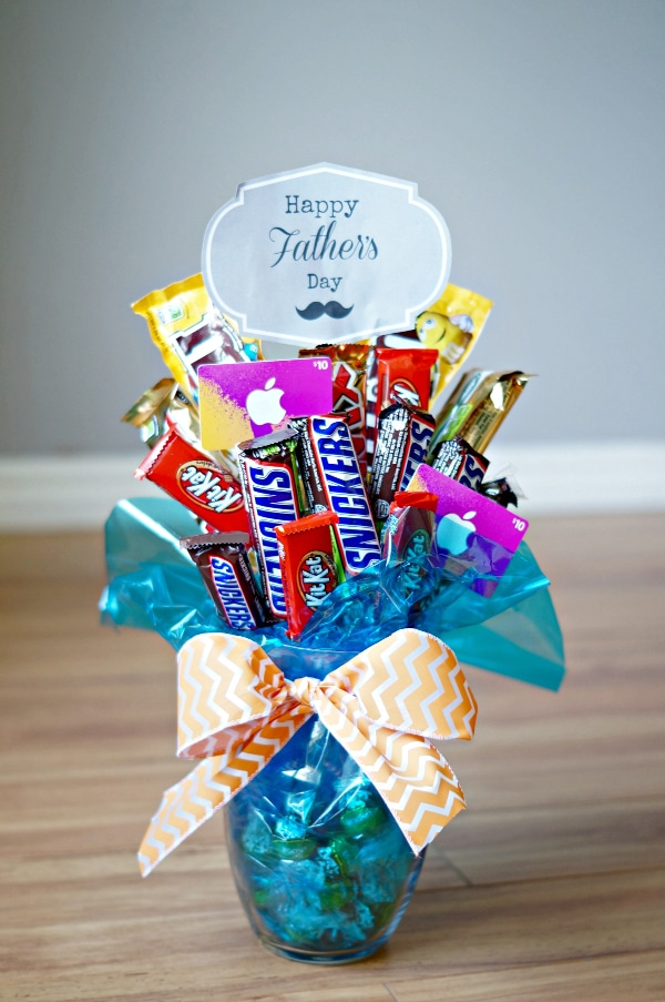 Cute and creative ways to give gift cards. Click to see several clever and unique ideas to offer gift cards for christmas, for birthday celebration, for teachers, gift cards in a jar, and more. Pin it. #giftcards #gifts #forwomen #formen #forkids