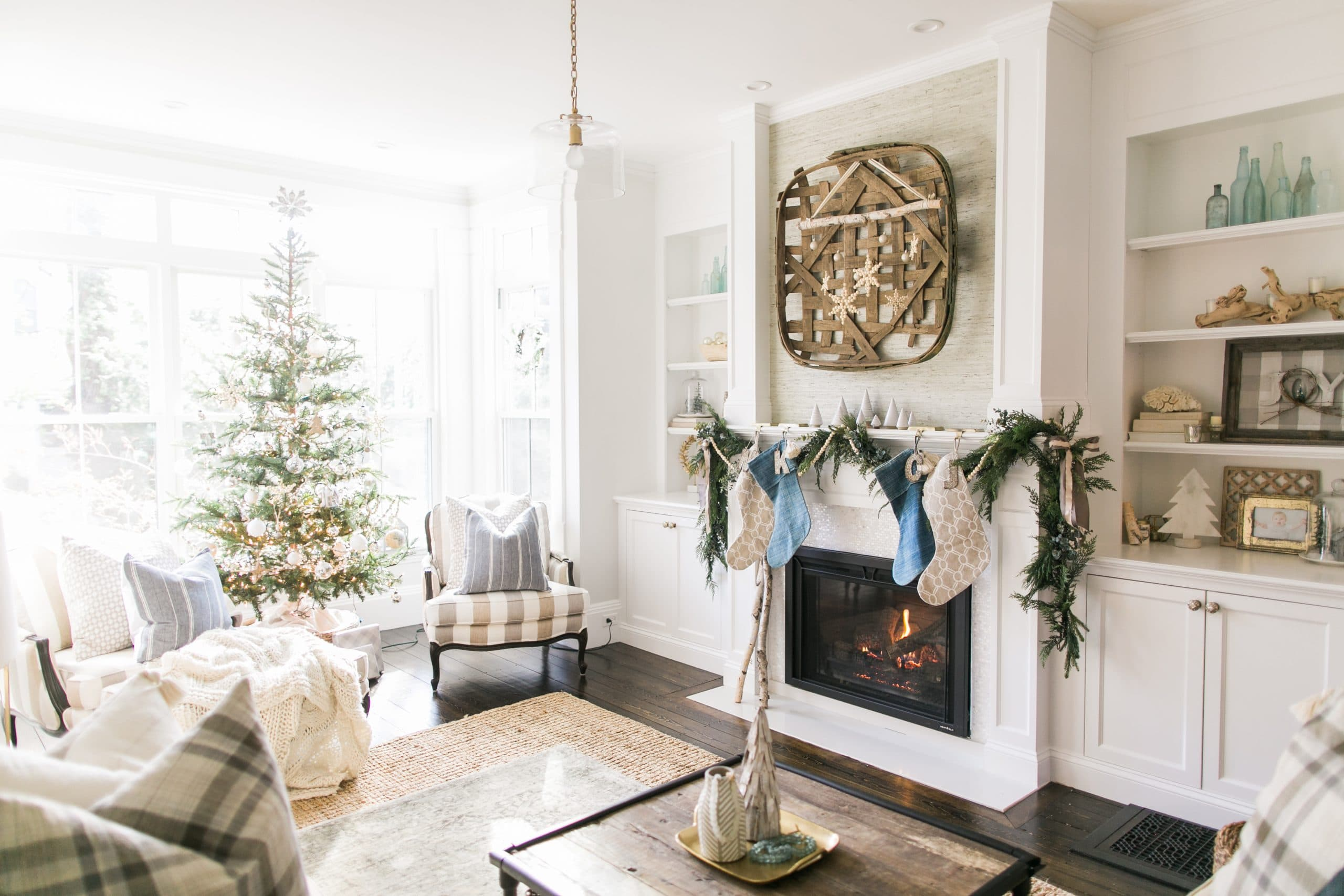 Christmas Fireplace Decorations - Beautiful DIY mantle decor with TV and without TV. Various examples to inspire you, including rustic, simple, cozy, farmhouse, with garland, lights, Christmas tree, ect. Pin it. #photoshoot #wallpaper #mantels #fake